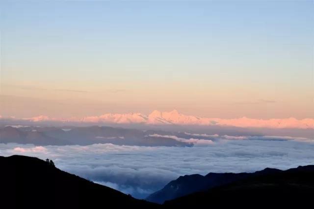 轿顶山丨不用爬山,就能看到日出、云海、日照金山的地方